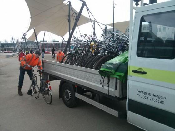 Mensen houden zich bezig met het verplaatsen van fietsen