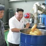 De grote leider kijkt naar een machine die een soort drol produceert